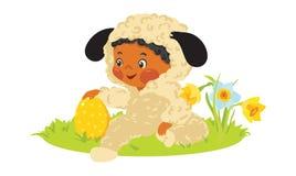 Behandla som ett barn pojken i lammdräkt med det dekorativa ägget Arkivfoton