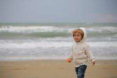 Behandla som ett barn pojken i med huva lag Royaltyfri Fotografi