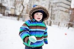 Behandla som ett barn pojken i randiga overaller Arkivbild