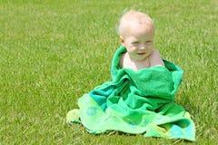 Behandla som ett barn pojken i strandhandduk Royaltyfria Foton