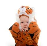 Behandla som ett barn pojken i tigerdräkt Royaltyfri Foto