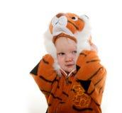 Behandla som ett barn pojken i tigerdräkt Royaltyfri Fotografi