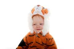 Behandla som ett barn pojken i tigerdräkt Arkivfoto