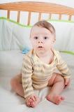 Behandla som ett barn pojken i vagga Royaltyfria Foton