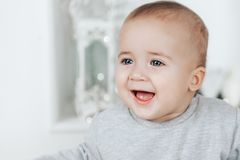 Behandla som ett barn pojken jublar att se bort på en ljus bakgrund Royaltyfria Foton
