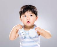 Behandla som ett barn pojken lyssnar till musik Royaltyfri Bild