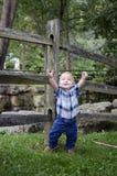 Behandla som ett barn pojken med armar upp Royaltyfria Bilder