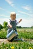 Behandla som ett barn pojken med att bevattna kan Royaltyfria Foton