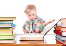 Behandla som ett barn pojken med böckerna Arkivbilder