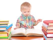 Behandla som ett barn pojken med böckerna Royaltyfri Bild