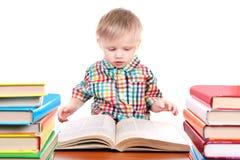 Behandla som ett barn pojken med böckerna Fotografering för Bildbyråer