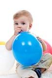 Behandla som ett barn pojken med ballongen Arkivbild