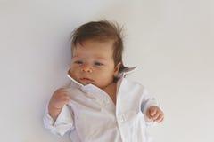 Behandla som ett barn pojken med den försåg med krage skjortan Royaltyfria Foton