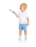 Behandla som ett barn pojken med den främre sikten för målarfärgborsten som står full längd Arkivbild