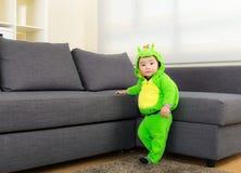 Behandla som ett barn pojken med den halloween partidräkten Royaltyfria Bilder