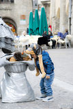 Behandla som ett barn pojken med den roliga hunden Royaltyfria Bilder