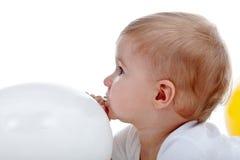 Behandla som ett barn pojken med den vita ballongen Royaltyfria Foton