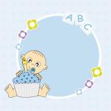 Behandla som ett barn pojken med en födelsedagcake Arkivfoto