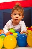 Behandla som ett barn pojken med färgrika bollar Royaltyfri Bild