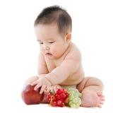 Behandla som ett barn pojken med frukter Royaltyfri Foto
