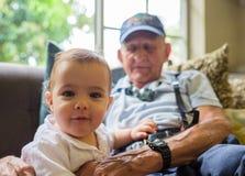 Behandla som ett barn pojken med gammelfarfadern Arkivbilder