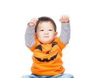 Behandla som ett barn pojken med halloween partiblick Royaltyfri Foto