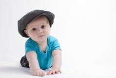 Behandla som ett barn pojken med hatten Arkivbild