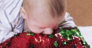 Behandla som ett barn pojken med jul startar stock video