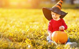 Behandla som ett barn pojken med pumpa utomhus i halloween Royaltyfria Foton