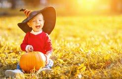 Behandla som ett barn pojken med pumpa utomhus i halloween Arkivfoton