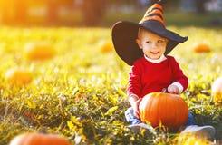 Behandla som ett barn pojken med pumpa utomhus i halloween Fotografering för Bildbyråer
