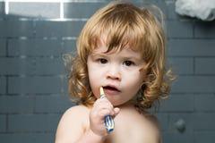 Behandla som ett barn pojken med tandborsten Royaltyfri Bild