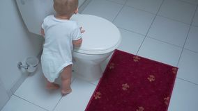 Behandla som ett barn pojken med toalettlokalvårdborsten arkivfilmer
