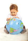 Behandla som ett barn pojken med världsjordklotet Arkivfoto