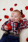 Behandla som ett barn pojken med valentinhjärta Royaltyfri Foto