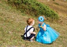 Behandla som ett barn pojken och den förtjusande barnflickan på gräs Grön naturbakgrund för sommar Royaltyfria Foton