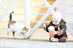 Behandla som ett barn pojken och katten Royaltyfri Fotografi