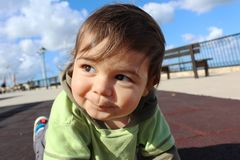 Behandla som ett barn pojken som olaying på lekplats fotografering för bildbyråer
