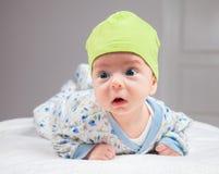 Behandla som ett barn pojken på magetid Royaltyfri Fotografi