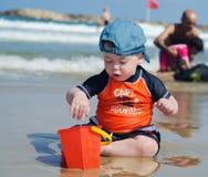 Behandla som ett barn pojken på stranden Royaltyfri Fotografi
