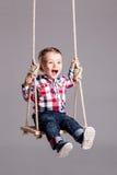 Behandla som ett barn pojken på en gunga Royaltyfri Fotografi
