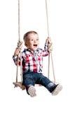 Behandla som ett barn pojken på en gunga Arkivbilder