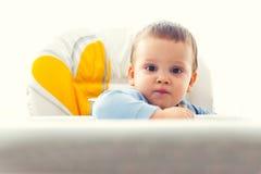 Behandla som ett barn pojken på tabellen Royaltyfri Bild