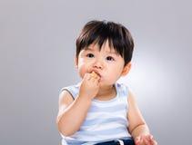 Behandla som ett barn pojken som äter kexet Royaltyfri Foto