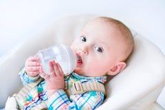 behandla som ett barn pojken som att dricka mjölkar Royaltyfri Foto