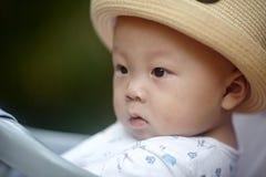 Behandla som ett barn pojken som bort ser Royaltyfri Fotografi