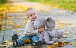 Behandla som ett barn pojken som har gyckel i nedgång, parkerar Royaltyfri Fotografi