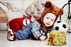 Behandla som ett barn pojken som kläs som en björn Royaltyfri Foto