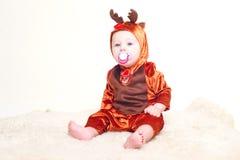 Behandla som ett barn pojken som kläs som julhjortar Arkivbild