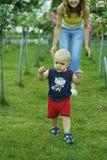 behandla som ett barn pojken som lärer att gå royaltyfri bild